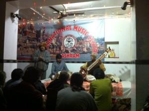 Pt. Ravinda Narayan Goswamia ja tablan soittajaa esitellään