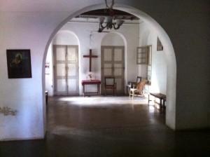 Kolmas eli nykyinen kämppämme Tirussa. Vanha tanskalaisten lähetysaema, joka toimii ensikodin naisten asuntolana, työpajana ja kirkon vierasmajana.